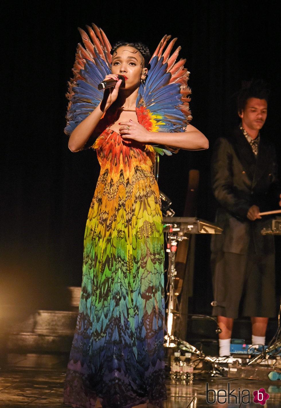 Tahliah Debrett Barnett  -FKA Twigs- en la inauguración de la exposición de Alexander McQueen en Londres.
