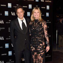 Kate Moss y Jamie Hince en la inauguración de la exposición de Alexander McQueen en Londres