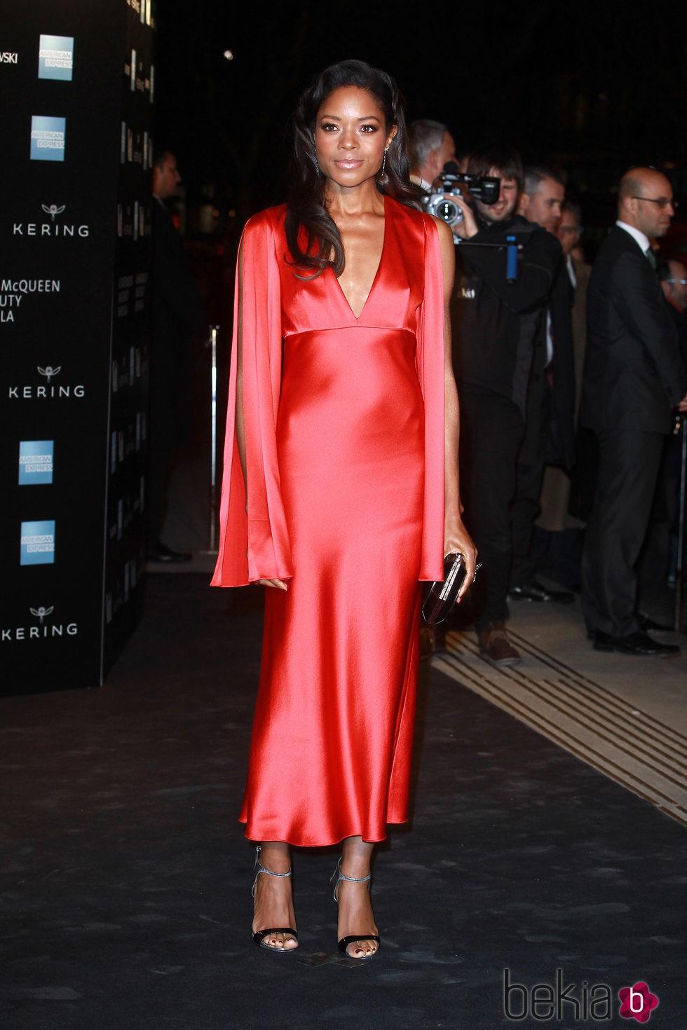 Naomie Harris en la inauguración de la exposición de Alexander McQueen en Londres