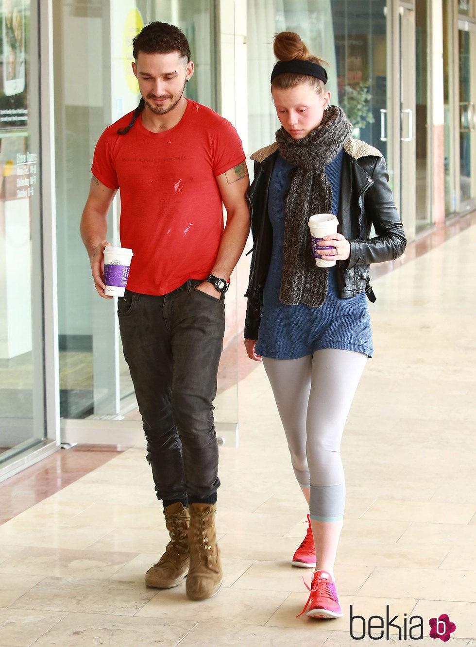 Shia LaBeouf y su novia Mia Goth paseando por Los Angeles