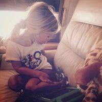 La hija de Jessica Simpson Maxwell Drew posando en su avión privado