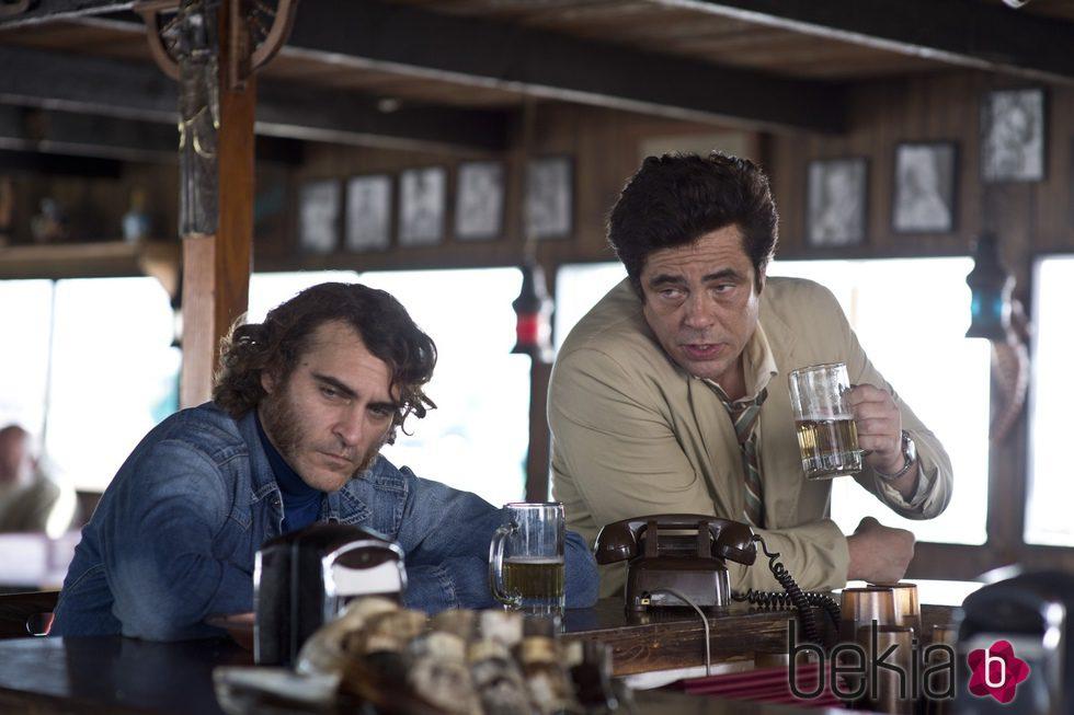 Joaquin Phoenix y Benicio del Toro en 'Puro Vicio'