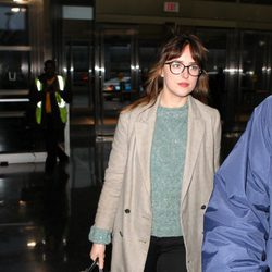 Dakota Johnson en el aeropuerto JFK de Nueva York