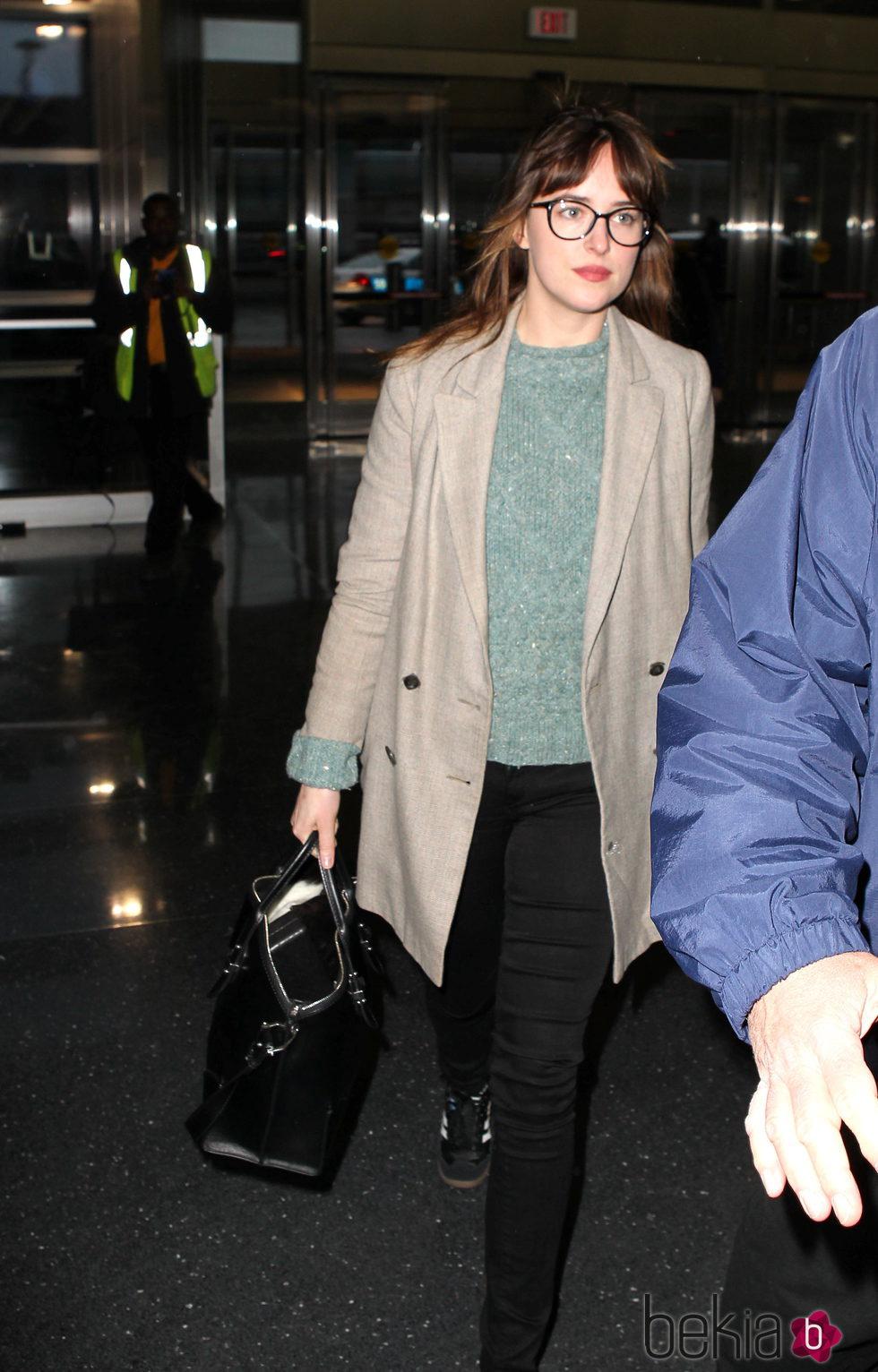 Dakota Johnson en el aeropuerto JFK de Nueva York