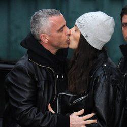 Eros Ramazzotti y Marica Pellegrinelli se besan en Milán
