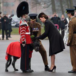 Kate Middleton saluda la mascota oficial de la guardia irlandesa en San Patricio 2015