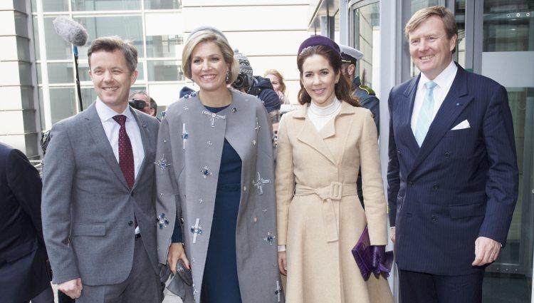 Los Reyes de Holanda posan con los Príncipes Federico y Mary en su viaje oficial en Dinamarca