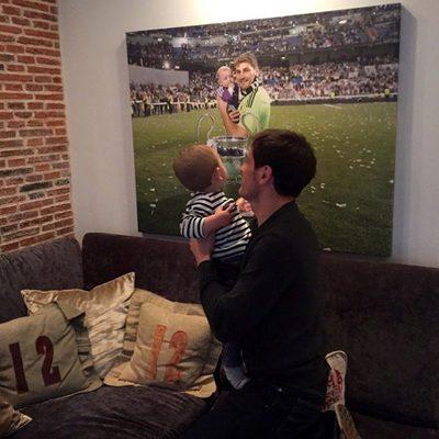 Iker Casillas enseña a su hijo Martín el regalo del Día del Padre 2015