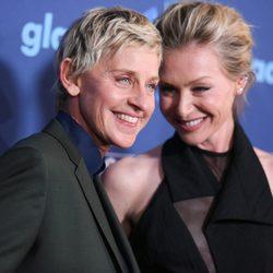 Ellen DeGeneres y Portia de Rossi en los GLAAD Media Awards 2015