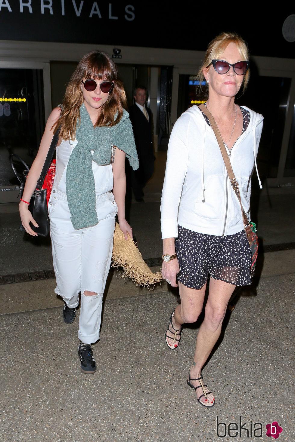 Dakota Johnson y Melanie Griffith tras volver de sus vacaciones en Cancún