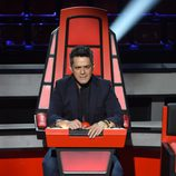 Alejandro Sanz en su silla giratoria de 'La Voz 3'