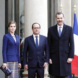 Los Reyes Felipe y Letizia con François Hollande antes de cancelar su Viaje de Estado a Francia