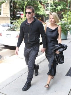 Sam Worthington y su mujer  Lara Bingle paseando