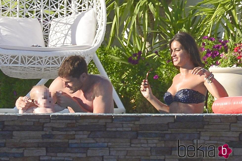 Iker Casillas y Sara Carbonero con su hijo Martín en el Algarve
