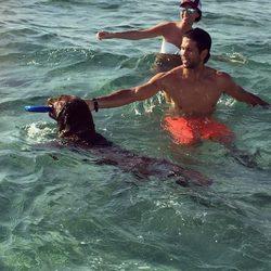 Fernando Verdasco y Ana Boyer se bañan en Miami con el perro de Enrique Iglesias