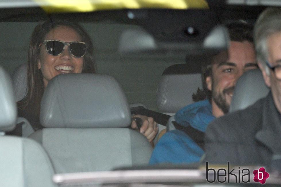 Fernando Alonso con Lara Álvarez tras recibir el alta del hospital de Barcelona