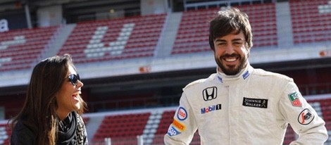 Fernando Alonso y Lara Álvarez muy sonrientes en la pista