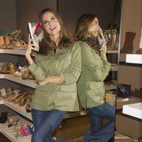 Ariadne Artiles posando con uno de los modelos de la nueva colección de Alpe