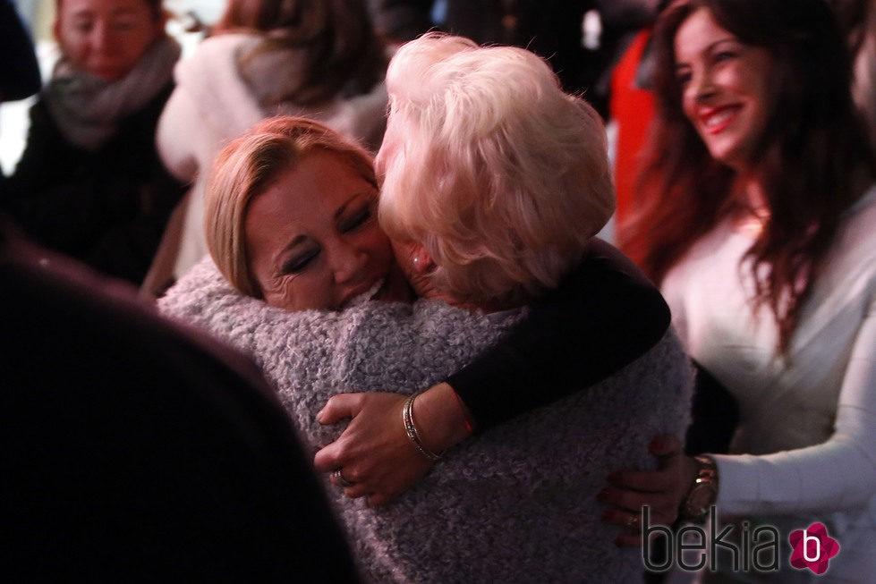 Belén Esteban abrazando a su madre Carmen tras ganar 'Gran Hermano VIP'