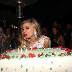 Fergie sopla las velas de su 40 cumpleaños