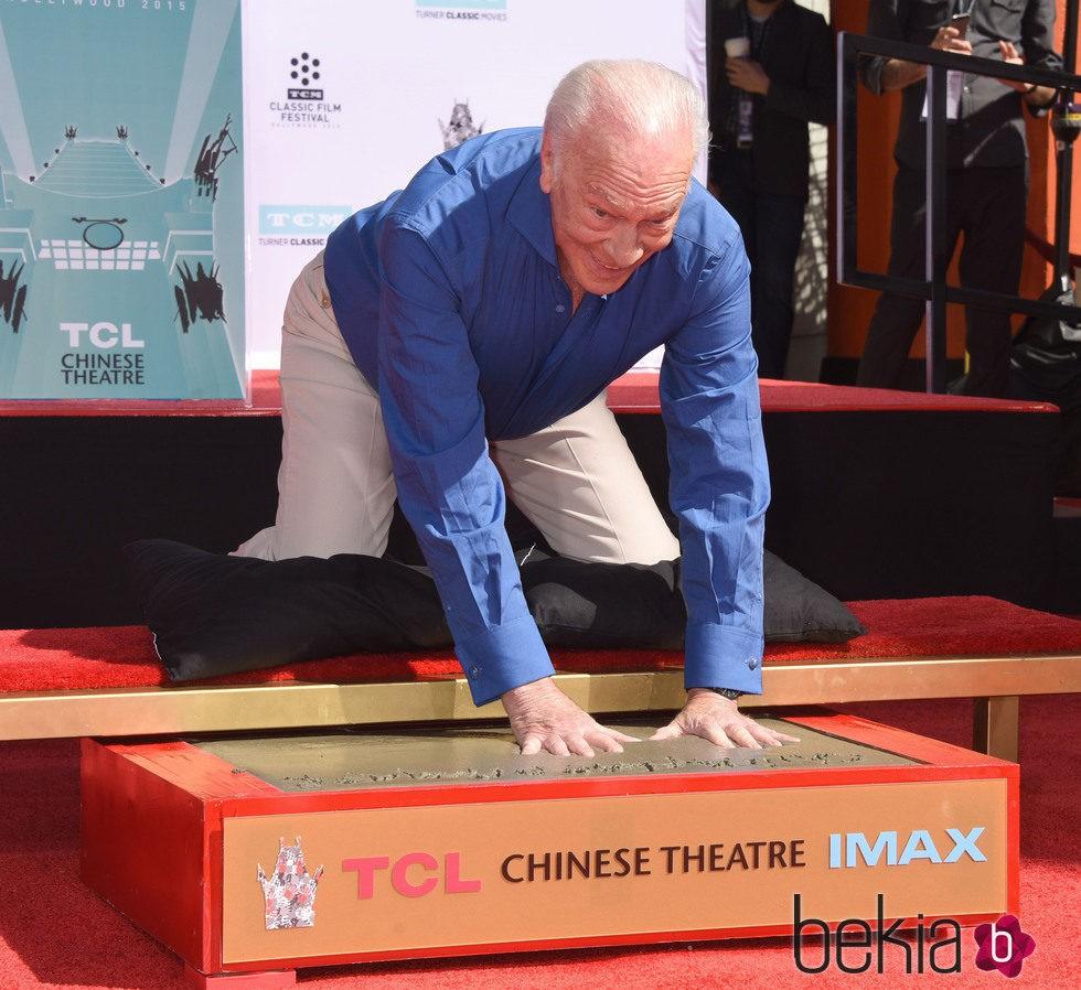 Christopher Plummer plasma sus huellas en el Teatro Chino de Hollywood