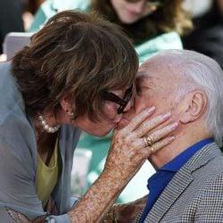 Shirley MacLaine besa en los labios a Christopher Plummer