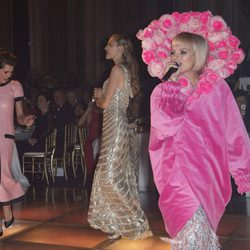 Carlota Casiraghi y Beatrice Borromeo bailando al ritmo de Lily Allen en el Baile de la Rosa 2015