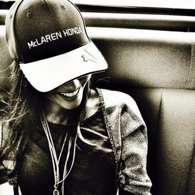 Lara Álvarez con una gorra de la escudería de Fernando Alonso