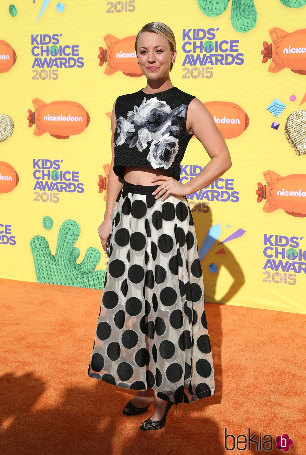 Kaley Cuoco-Sweeting en la alfombra naranja de los Nickelodeon Kids Choice Awards 2015
