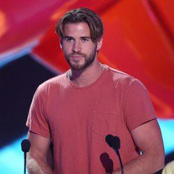 Liam Hemsworth recibiendo un premio en los Nickelodeon Kids Choice Awards 2015