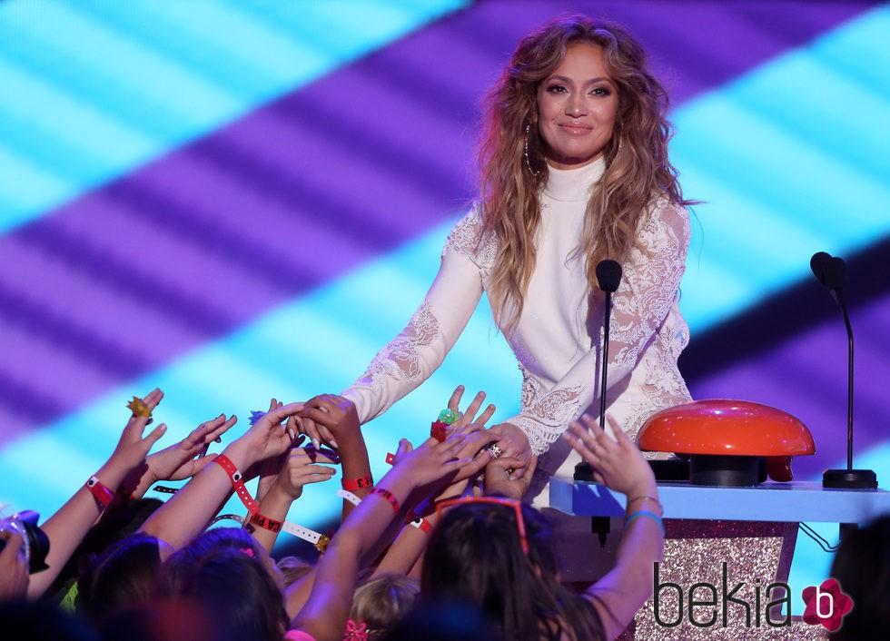 Jennifer Lopez en el escenario de los Nickelodeon Kids Choice Awards 2015