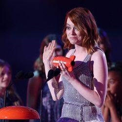 Emma Stone recibiendo un premio en los Nickelodeon Kids Choice Awards 2015