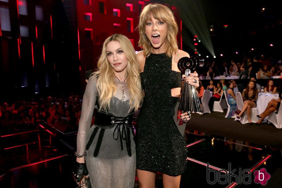 Madonna y Taylor Swift posando juntas en los premios iHeartRadio 2015