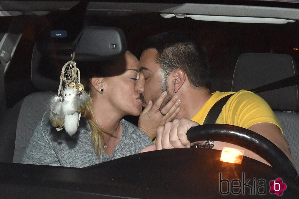 Belén Esteban y Miguel Marcos se dan un beso en el interior de un coche