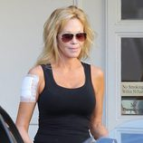 Melanie Griffith sale de una clínica tras quitarse el tatuaje dedicado a Antonio Banderas
