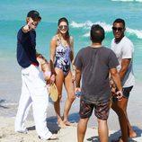 Doutzen Kroes y su marido Sunnery James junto al director Michael Bay durante sus vacaciones primaverales en Miami