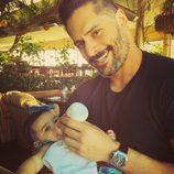 Joe Manganiello dándo el biberón a su sobrina
