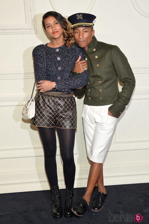 Pharrell Williams y Helen Lasichanh en la presentación en Nueva York de la colección de Chanel París-Salzburgo 2014/15