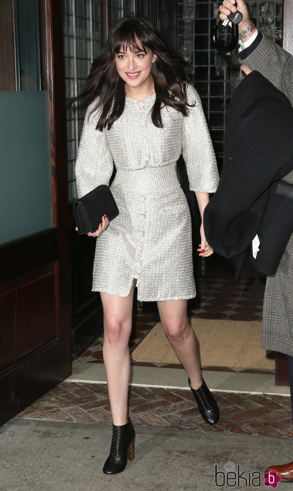 Dakota Johnson, a su llegada a la presentación en Nueva York de la colección de Chanel París-Salzburgo 2014/15