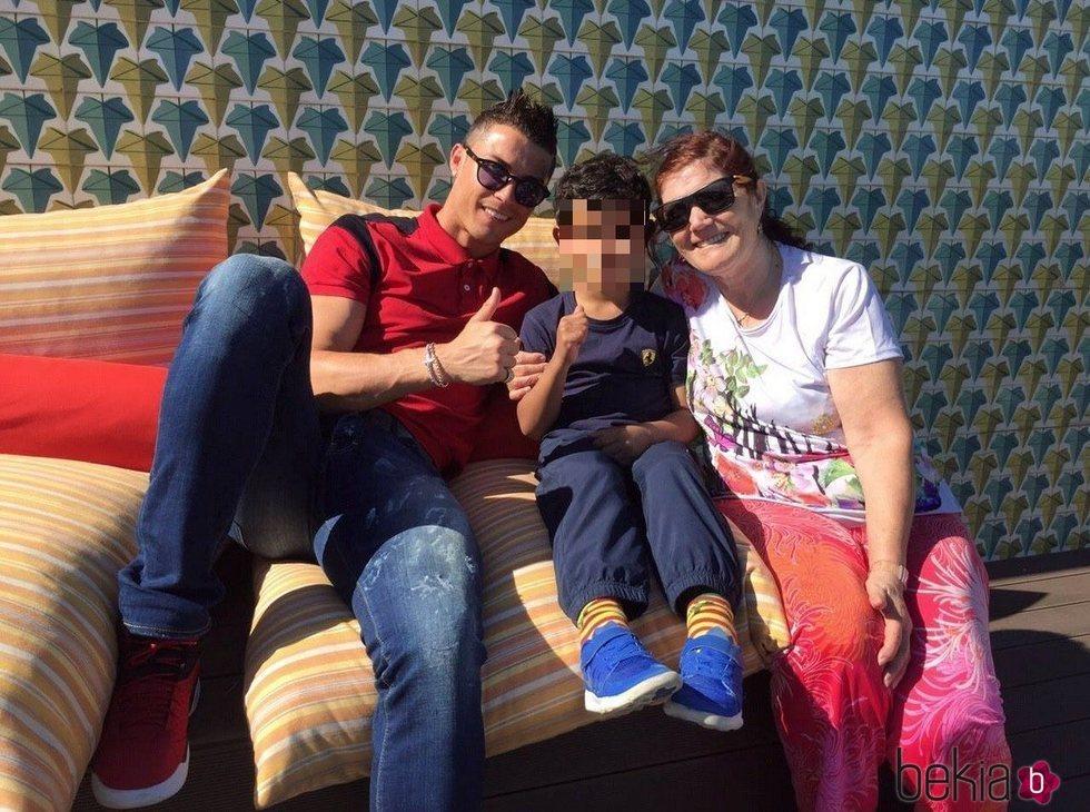 Cristiano Ronaldo con su hijo Cristiano Junior y su madre Dolores Aveiro