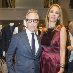Tommy Hilfiger y Dee Ocleppo en la inauguración de una tienda de Tommy Hilfiger en París