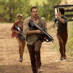 Theo James y Shailene Woodley en 'La serie Divergente: Insurgente'