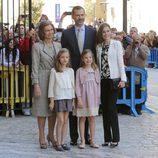 La Familia Real posa antes de entrar en la Misa de Pascua en Palma de Mallorca