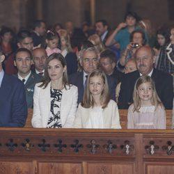 Los Reyes Felipe y Letizia, la Princesa Leonor, la Infanta Sofía y la Reina Sofía durante la Misa de Pascua 2015