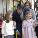 La Princesa Leonor y la Infanta Sofía saludando en la Misa de Pascua 2015