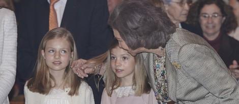La Reina Sofía acariciando a la Princesa Leonor y la Infanta Sofía en la Misa de Pascua 2015