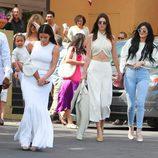 Kim y Khloé Kardashian con Kendall y Kylie Jenner en la Misa de Pascua 2015