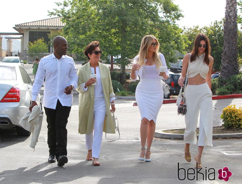 Kris Jenner con su novio, Khloé Kardashian y Kendall Jenner yendo a la Misa de Pascua 2015