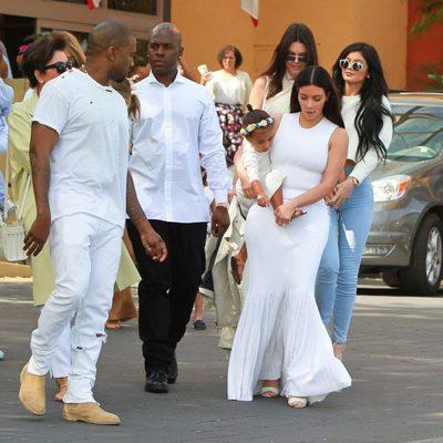 Kim Kardashian con Kanye West y North West en la Misa de Pascua 2015