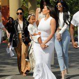 Kourtney Kardashian, Kim Kardashian y Kendall y Kylie Jenner en la Misa de Pascua 2015